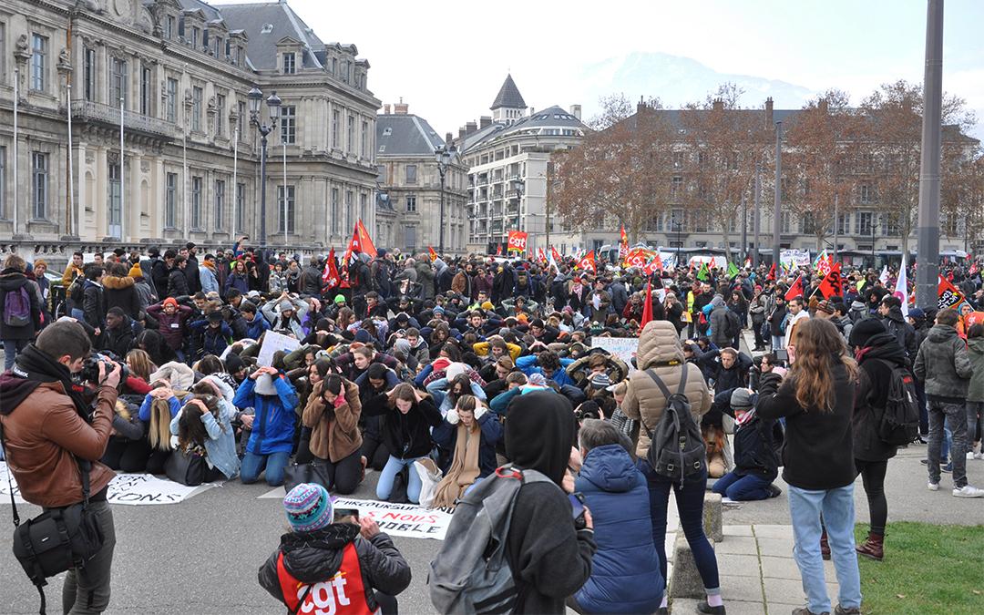 14 décembre, à genoux devant la préfecture