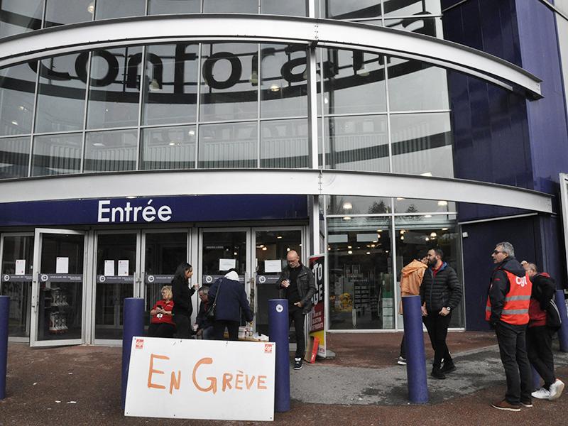 Mobilisation du personnel contre la fermeture de Conforama Grenoble