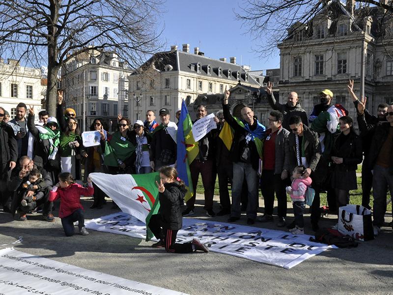 Un an de révolution pacifique en Algérie