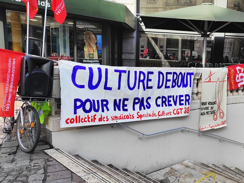 Rassemblés pour crier «culture en danger!»
