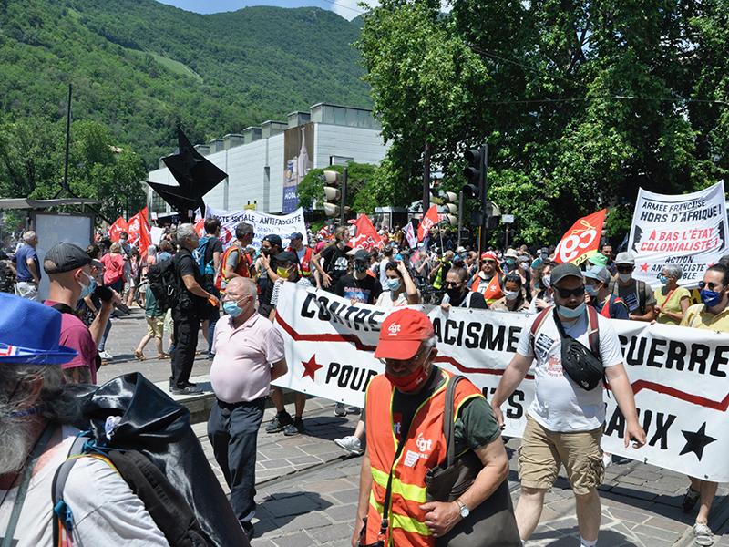 Grenoble, 12 juin. Près de deux mille pour les libertés
